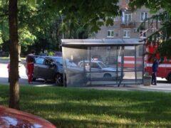 Петербург: На улице Орбели легковушка протаранила остановку