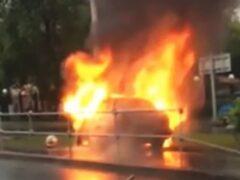 На западе Москвы иномарка влетела в столб и загорелась
