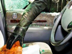 Автовор разбил стекло машины и украл 105 тысяч рублей