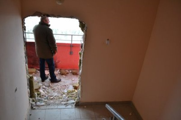 проломили стену
