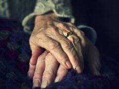 В США супруги после 58 лет брака умерли, держась за руки