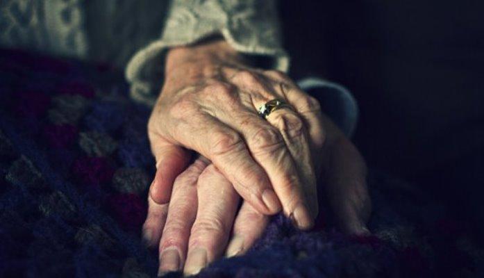 супруги держатся за руки