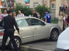 Петербург: На Коломяжском автомобиль сбил на остановке двух человек