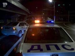 Пьяные жители Иркутска на ВАЗе пытались скрыться с полицейским на капоте