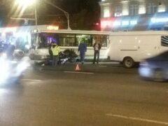 На западе Москвы столкнулись три автомобиля и мотоцикл