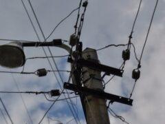 Сорванная ветром крыша упала на провода ЛЭП на МКАД