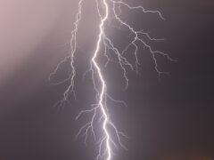 В Новосибирске мужчина остался жив после удара молнии