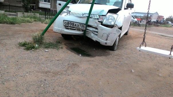 ВИркутске наБаумана нетрезвый шофёр протаранил детскую площадку
