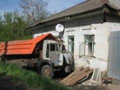 В Калининском районе из-за въехавшего в дом КамАЗа пострадал ребенок