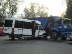 КамАЗ врезался в маршрутку в Тюмени: 6 человек пострадали
