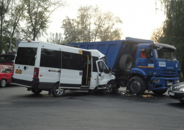 Шесть человек пострадали в итоге столкновения маршрутки и«КамАЗа» вТюмени