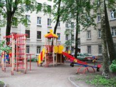 В Екатеринбурге ребенок на детской горке разбил голову о торчащий болт