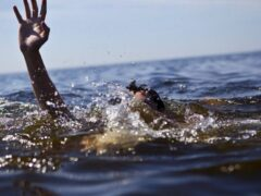 Сотрудники МЧС вытащили тонувшего мужчину из пруда на юге Москвы