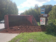 На востоке Москвы самосвал с песком засыпал автобусную остановку