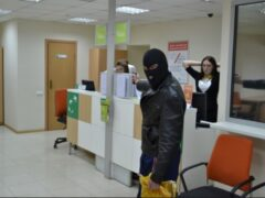 В Петербурге двое в масках вынесли из банка на Энгельса 20 тысяч рублей