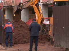 В Уфе при работе в котловане рабочего засыпало землей