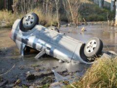 Пьяные барышни свалились на машине в грязный ручей в Сургутском районе