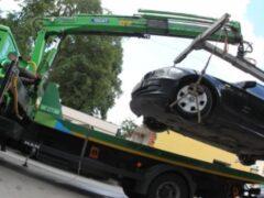 Москвичка залезла на эвакуатор, чтобы ее машину не увезли