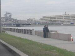 Молодой мужчина прыгнул в Неву с моста Александра Невского