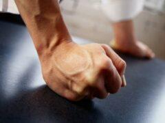 В Воронеже избили 22-летнего молодого человека из-за 950 рублей