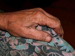 В Коми пьяный мужчина избил пенсионерку и украл ее телевизор