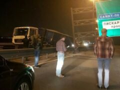 Петербург: На КАД грузовики завалили щит на встречное кольцо