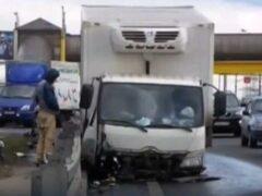 После наезда на отбойник на МКАД грузовик остался без колес