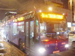 В Москве троллейбус несколько метров тащил женщину, зажатую дверью