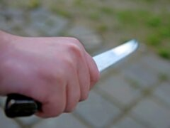 Житель Курска на остановке пырнул ножом двух 16-летних парней