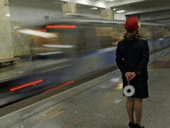Следователи проводят проверку после смерти женщины в московском метро