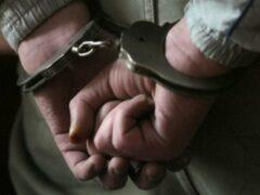 В Ярославле мужчина с пистолетом ограбил женщину, задержали его в Костроме