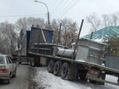В Уфе грузовик врезался в Nissan Qashqai и чуть не снес жилой дом