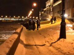 Петербург: Машина у Летнего сада чуть не улетела в Неву