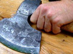 Пьяный 61-летний пенсионер в Иванове изрубил топором руки сыну