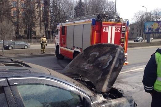 ВНевском районе Петербурга сгорел Mercedes
