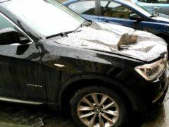 В центре Петербурга на автомобиль BMW упала с крыши глыба льда