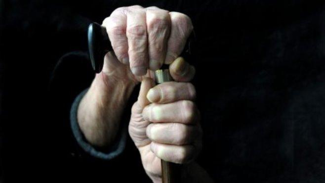 пенсионерка с палочкой