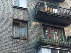 В Башкирии мужчина три минуты провисел за окном в руках женщины