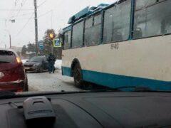 Петербург: На Ветеранов в массовом ДТП с троллейбусом машины лишились колес