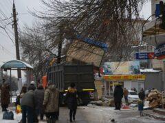 В Туле на улице Металлургов демонтируют самовольно установленные ларьки