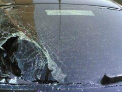 В Красноярске лобовое стекло иномарки разбили вазой для конфет