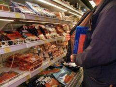 В Воронеже местный житель вынес продукты из магазина под курткой