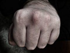 В Новосибирске рецидивист жестоко избил и ограбил женщину