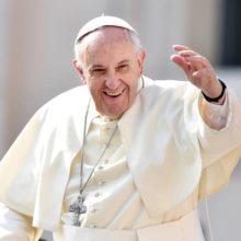 Девочка сорвала шапочку с Папы Римского, пока целовала его в щёку