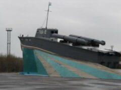 В Североморске потушили мемориальный катер