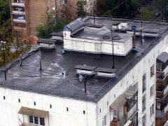 В Самаре на Чернореченской мужчина бегал по краю крыши дома