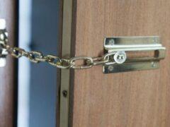 Цепочкой от двери задушила мужа 27-летняя иркутянка