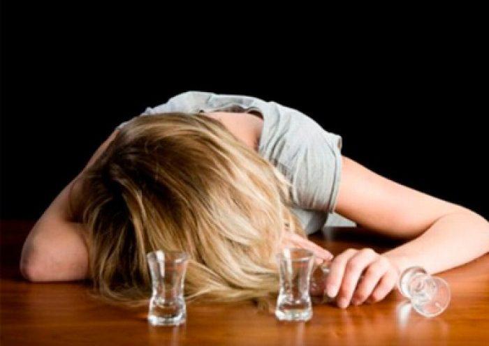женщина алкоголь стакан