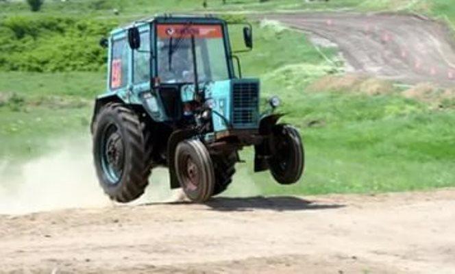 трактор угнал