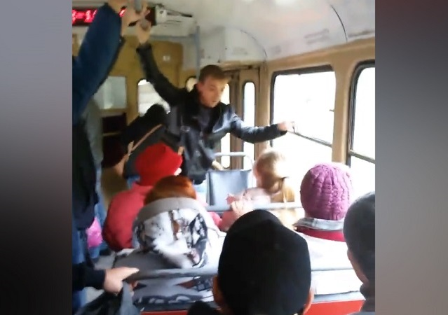 салон трамвая конфликт
